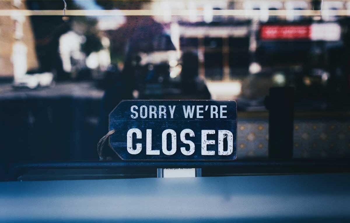 zamknięta restauracja jako symbol pandemii i utraconych miejsc pracy